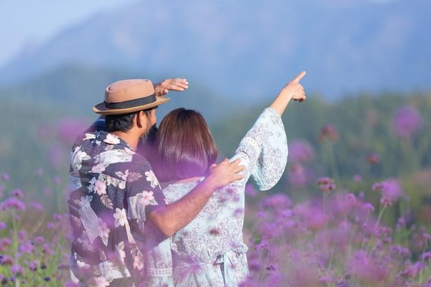 Молодая пара на цветочном поле