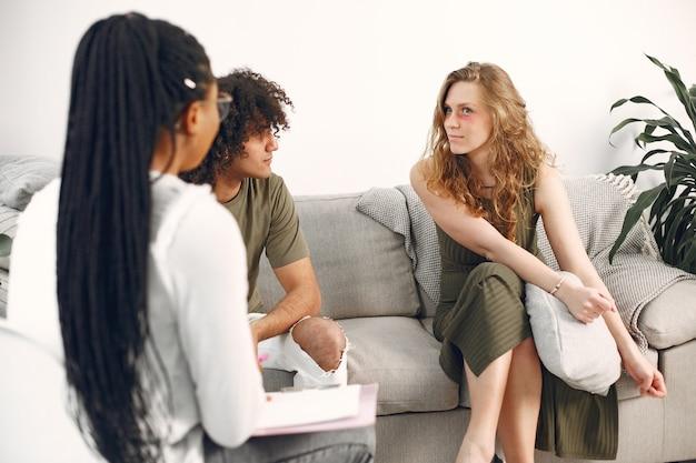 Молодая пара у психолога. обсуждение проблем во взаимоотношениях со своим терапевтом.