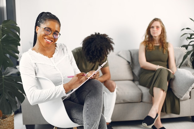 心理学者の若いカップル。彼らのセラピストとの関係の問題について話し合う。