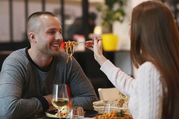 レストランで若いカップル