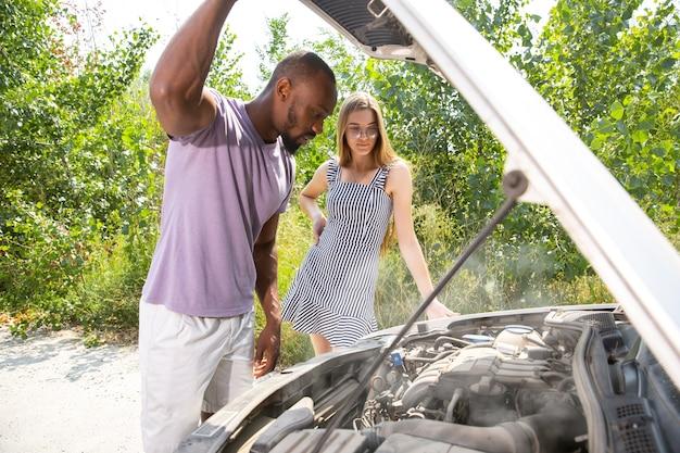 Молодая пара сломала машину во время путешествия