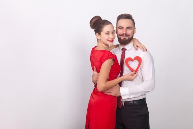 젊은 부부는 발렌타인 데이 포옹과 이빨 미소를 축하합니다