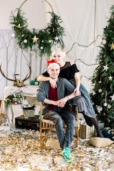 家でクリスマスを祝う若いカップル