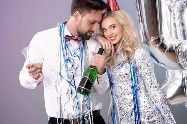 大晦日を祝う若いカップル