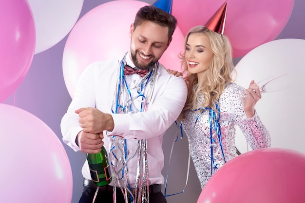 Молодая пара празднует канун нового года
