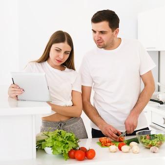 Молодая пара проверяет рецепт