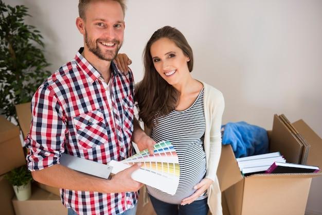 아기의 방에 대한 색상을 선택하는 젊은 부부