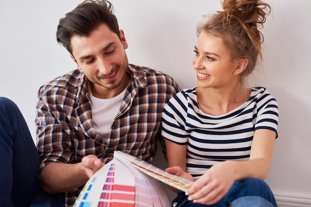 Молодая пара, выбирая идеальный цвет
