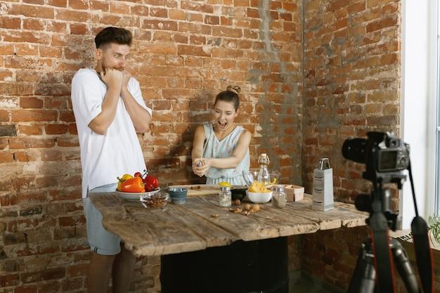 동영상 블로그 및 소셜 미디어에 대한 라이브 비디오를 요리하고 녹화하는 젊은 부부