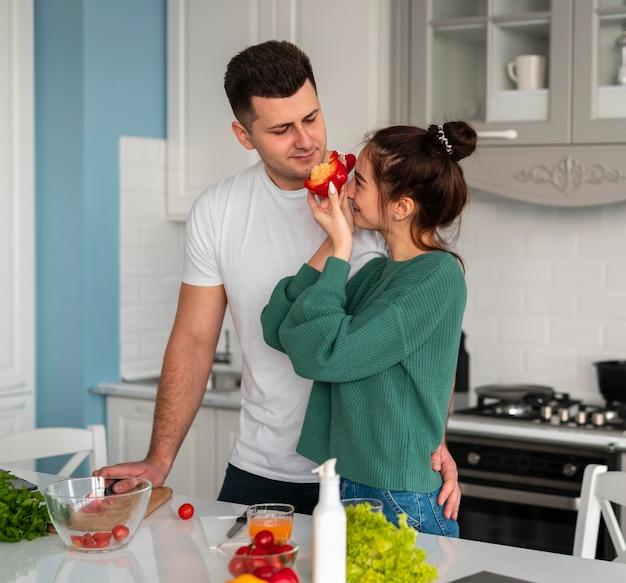 家で料理をする若いカップル