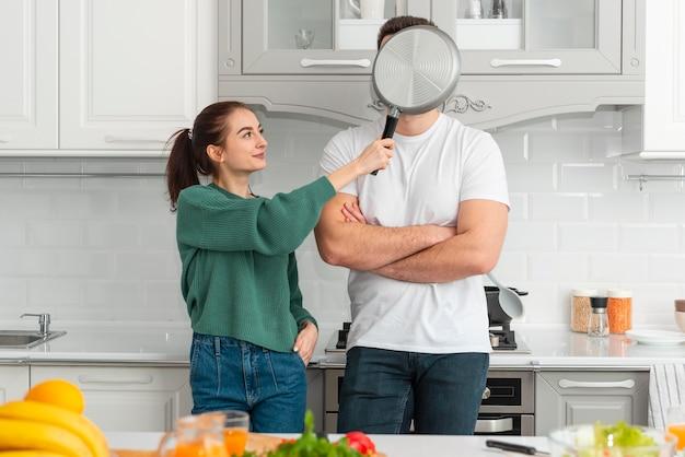 집에서 요리하는 젊은 부부