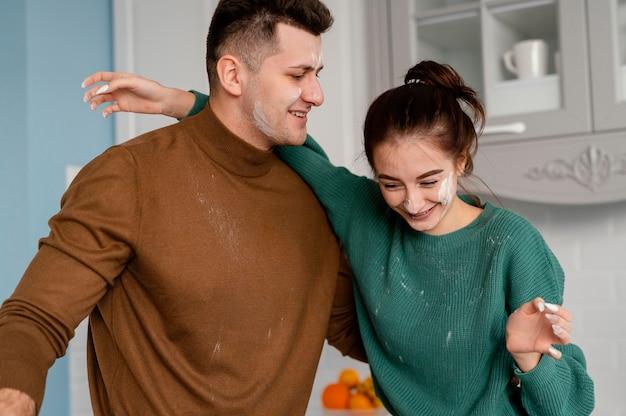 Giovani coppie che cucinano a casa
