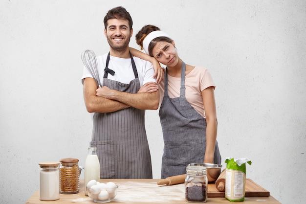 若いカップルが一緒に料理
