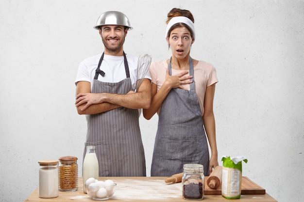 Молодая пара вместе готовить