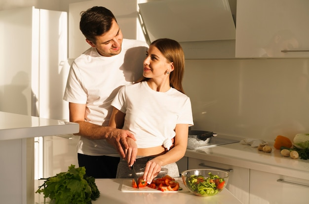 Молодая пара нарезка овощей