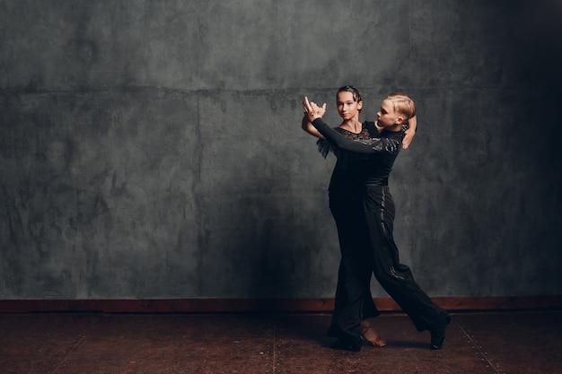 社交ダンスで踊る若いカップルパソドブレ。