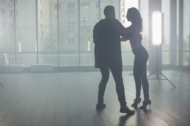 美しいスタイルと優雅さでキゾンバを踊る若いカップル。美しいパフォーマンス。熟練したダンサー。