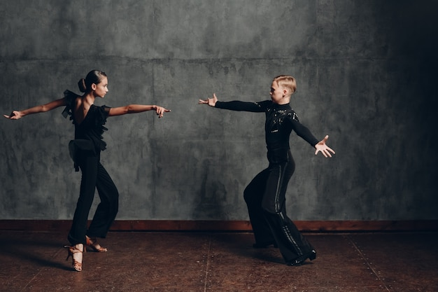サンバを踊る若いカップル。ラテン社交ダンス。