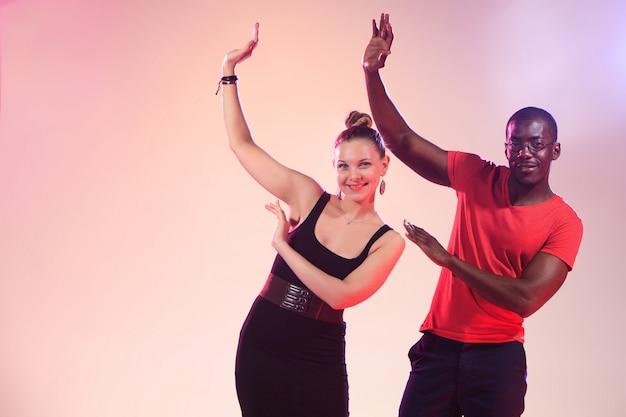 Молодая пара танцует