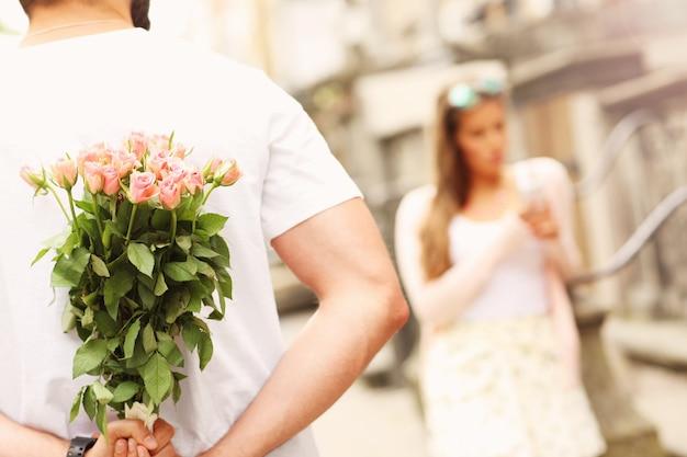 Молодая пара встречается в городе