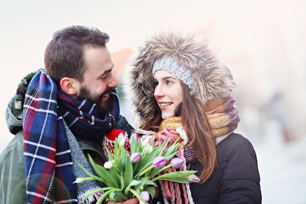 街でデートの若いカップル Premium写真