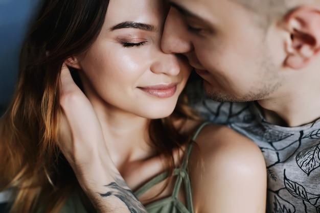 Молодая пара глубоко влюблена, обниматься и целоваться. день святого валентина, любовь, романтика, семейное понятие