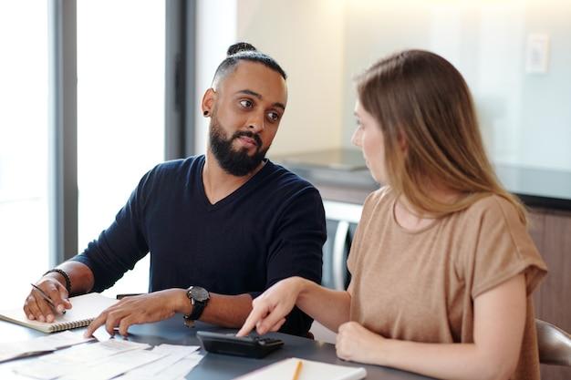 가족 예산, 청구서 확인, 급여 확인 및 월 모기지 지불에 대해 논의하는 젊은 부부