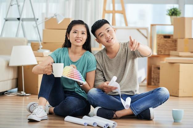 修理を議論する若いカップル