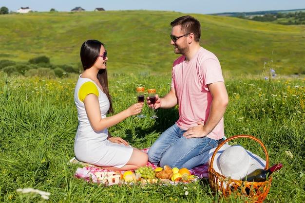 ワインを飲む若いカップル