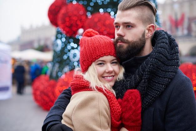 クリスマスの時期の若いカップル