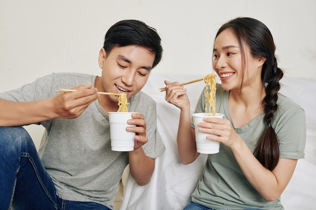 Молодая пара ест рамен