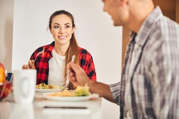 아침에 야채 샐러드를 먹는 젊은 부부