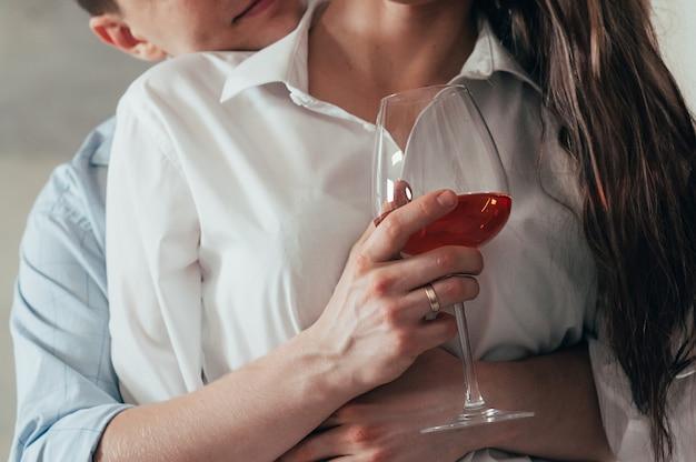 若いカップルを受け入れ、ワインを飲むロマンチックなデート