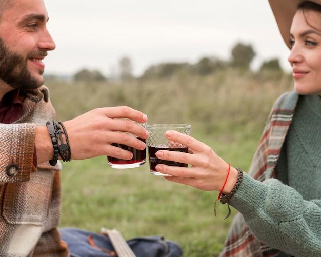 飲み物を楽しむ若いカップル