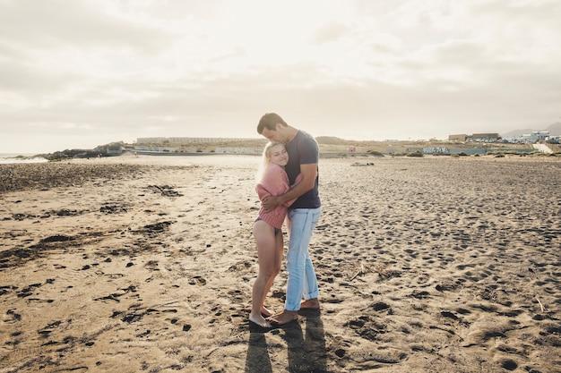 해변에서 화창한 날을 즐기는 젊은 부부