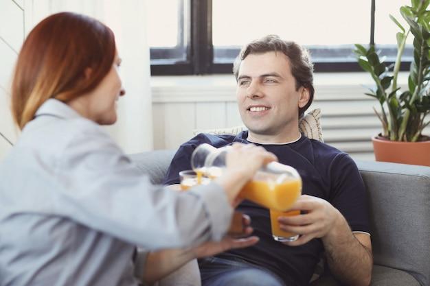 自宅で一緒に時間を楽しんでいる若いカップル