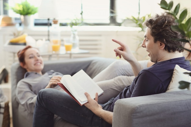 집에서 함께 시간을 즐기는 젊은 부부