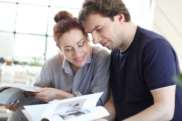 Молодая пара, наслаждаясь временем вместе дома