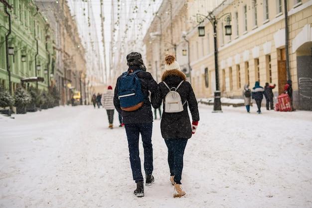 겨울 시즌 b에 도시 거리에서 산책을 즐기는 젊은 부부