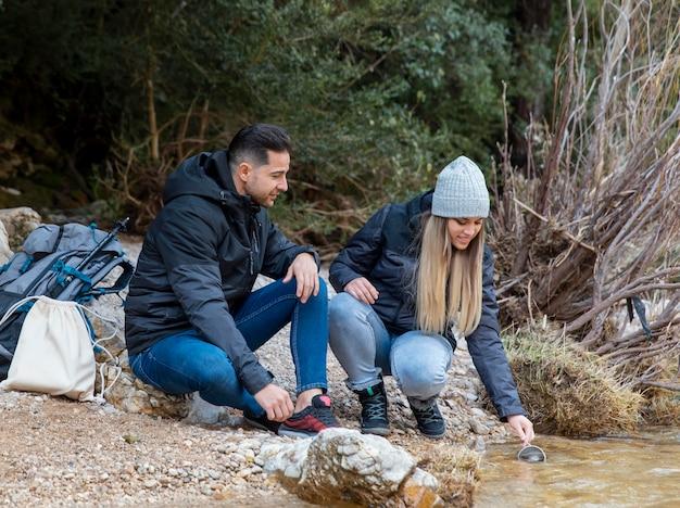 自然を探検する若いカップル