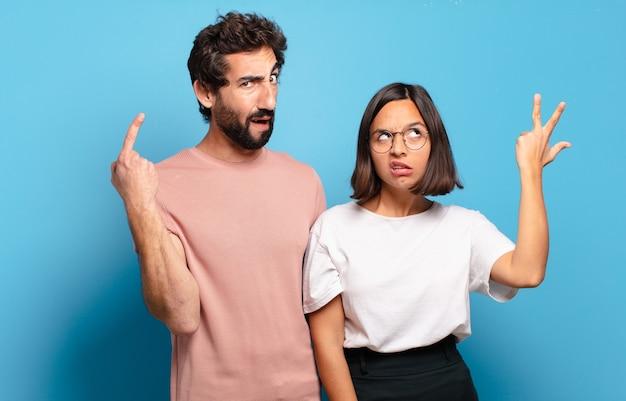 若いカップルは混乱して困惑していると感じ、あなたが狂気、狂気、またはあなたの心の外にいることを示しています