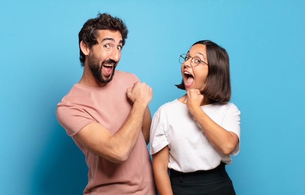 若いカップルは、挑戦に直面したり、良い結果を祝ったりするときに、幸せで、前向きで、成功し、やる気を感じます