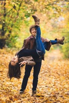 秋の公園で浮気する若いカップル