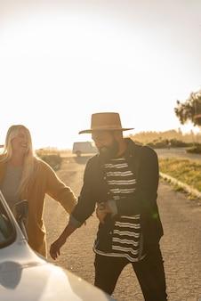 Giovani coppie che scherzano durante il loro viaggio in macchina