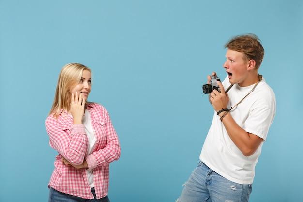 Молодая пара друзей парень и женщина в белых розовых пустых пустых футболках позирует