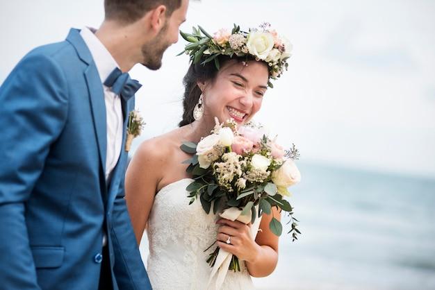 해변에서 결혼하는 젊은 부부