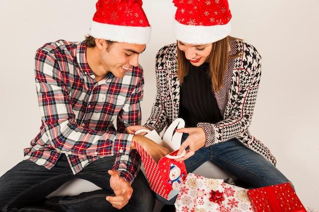 서로 선물하는 젊은 부부