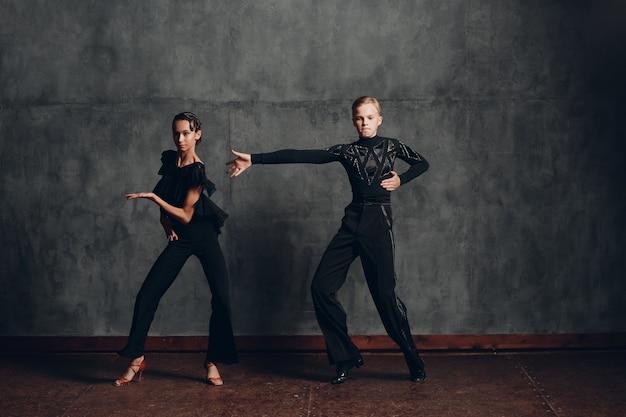 社交ダンスでサンバを踊る若いカップルの女の子と男の子。