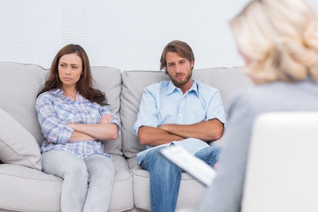 Молодая пара проходит через терапию