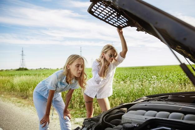 화창한 날에 차에 휴가 여행을가는 젊은 부부